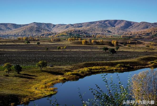 """蛤蟆壩位於河北與內蒙古交界的克旗烏蘭布統境內,是一塊高起的平緩坡地,三邊是""""溝""""或低地"""