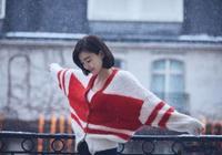 王麗坤晒新年造型,紅白拼色開衫搭黑褲,十分減齡又很襯景