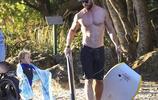 雷神 克里斯·海姆斯沃斯和妻子帶著孩子們先海邊玩耍