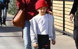 亞歷山大·安布羅休帶娃現身街頭,兒子可愛針織帽好亮眼