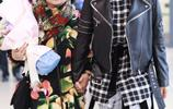 鍾麗緹和母親一同現身機場,母親的打扮不輸女兒,時髦一家人!