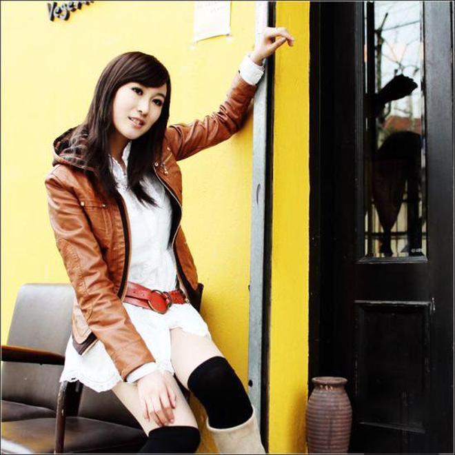 小智圖說-一個人開著車到街邊散步的美女,穿橙色皮外套很氣質!