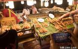 泰國曼谷夜市實拍:基本都可以用微信支付寶,還有人在賣烤鱷魚