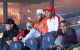 內馬爾與姆巴佩兄弟二人,在看臺上一起觀看巴黎聖日耳曼的比賽