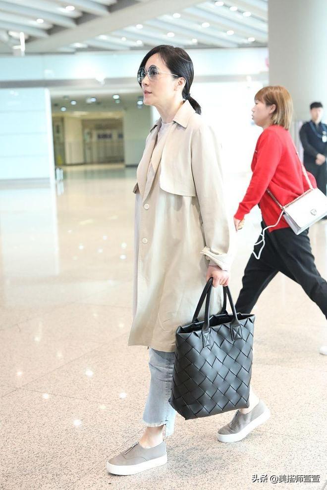 俞飛鴻清爽穿搭現身機場,皮膚白皙氣質迷人