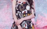迪麗熱巴一襲印花吊帶長裙氣質優雅,長髮飄逸,更顯女神氣質