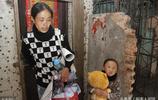 女子為救白血病女兒,被丈夫狠心拋棄,為省錢從140斤瘦到80斤