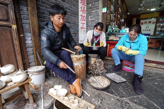 麗江束河古鎮有超百家銀店,手鐲100元四隻,遊客納悶這裡產銀嗎