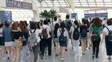 許魏洲現身機場遭大批學生迷妹跟拍 蒙面疾走秀大長腿表現淡定