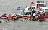 端午賽龍舟翻船也熱鬧 蘇州金雞湖龍舟賽兩船相撞選手落水