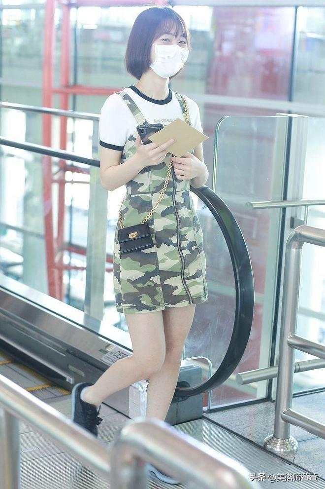 段奧娟短髮配迷彩吊帶裙青春可愛,口罩遮面眼神呆萌少女感十足