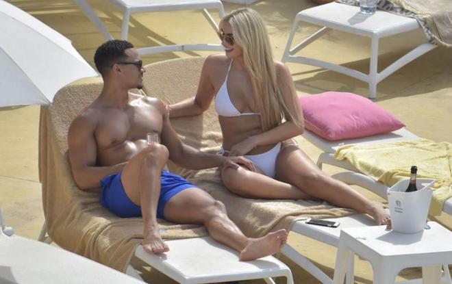 超模Rachel Fenton和黑人男友度假,網友:她男友才是人生大贏家