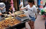 大媽這樣炸魚,月收入過萬,連女兒都辭職過來一起賣炸魚了