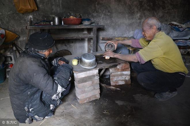看著兩個長不大的兒子,98歲老人一聲嘆息,好在3個女兒嫁出去了