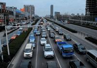 為啥最左側的快車道反而車輛最少?老司機:被坑太多次,不敢走了