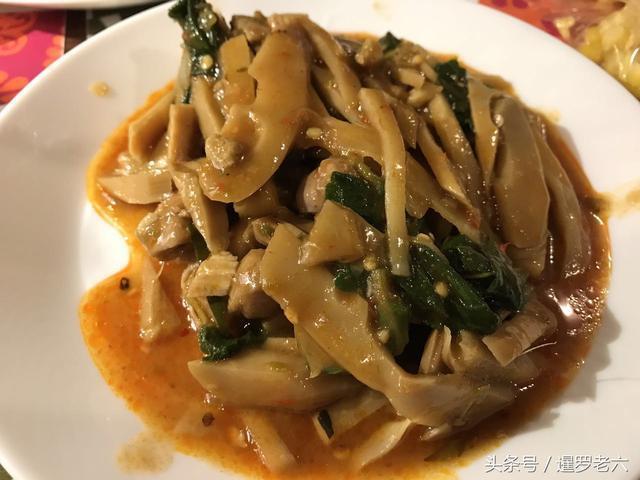 泰國物價真便宜,烤雞、貽貝、冬瓜湯、蘸醬菜都有,一頓飯還不到50元!