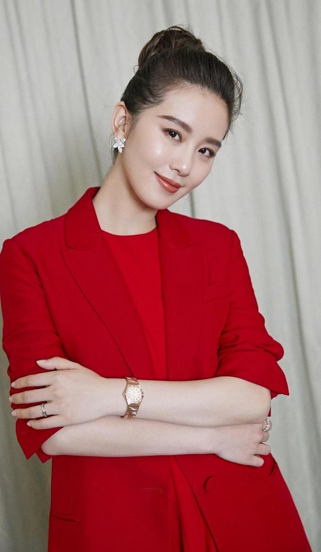 劉詩詩時尚美圖,紅色西服搭配荷葉邊短裙優雅高貴