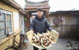 90後小夥每週回農村給爺爺奶奶劈柴做飯:這是我做孫子應該做的