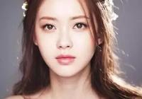 她是《請回答1994》中的成娜靜,曾是韓國SM公司的外貌擔當