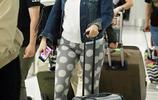 """鍾麗緹穿著寬鬆自推行李箱現身機場 梳丸子頭超減齡腹部現""""迷之凸起"""""""