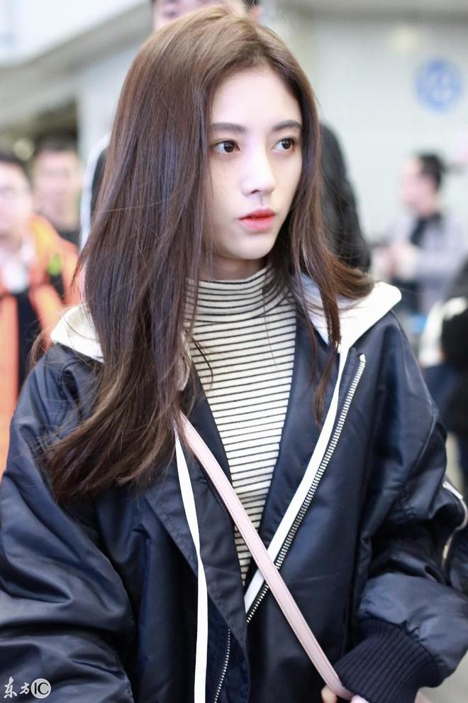顏值爆表鞠婧禕,北京機場一臉睏意