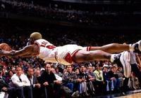 NBA球星飛向觀眾席救球瞬間,韋德愛耍帥,格里芬弄溼女球迷!