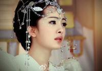 楊冪近照顏值超高,白色連衣裙襯托出好身材,5歲時曾和星爺合作