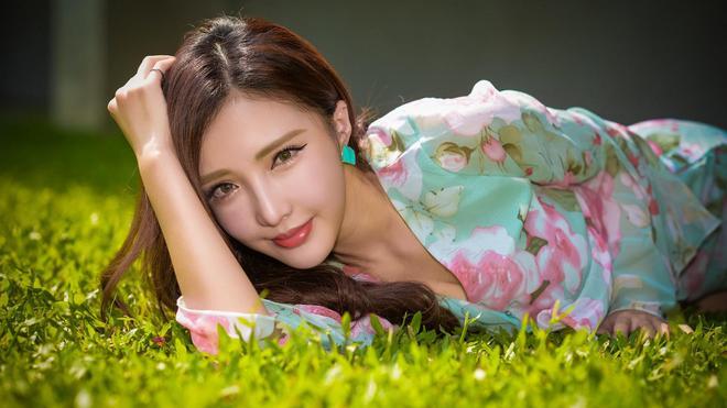 小智圖說-穿藍色和藍紅衫的長髮優雅美女,在窗邊和路旁散心!