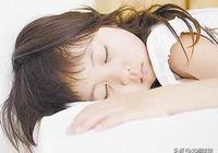 媽媽狠心和孩子分床睡,當早上睡醒推開門的瞬間,她流下了眼淚!