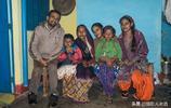 印度鄉村家庭實拍:雖然貧窮但是家裡也有廁所,女人都是蹲著做飯