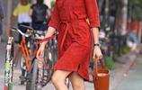 卡莉.克勞斯一身正色連身裙現身紐約街頭,同色系搭配,又甜又美