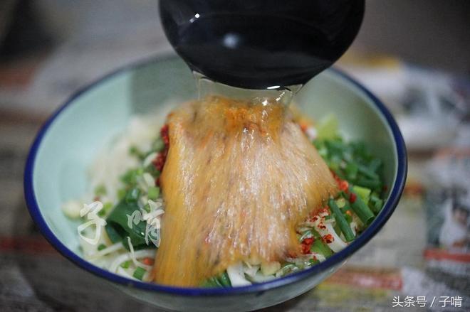 自家做的油潑面,味道一點不比麵館差,多放辣椒才吃得香