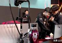 RNG教練面對AJ眼神複雜,隊員贏下比賽卻笑不出來,Uzi吐露心聲!