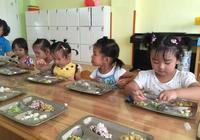 三歲半的孩子被幼兒園勸退,老師稱:幼兒園裡沒有你家僱的保姆!