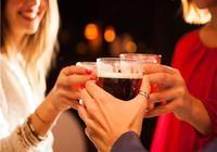 又想喝酒,又不想得肝癌?醫生:喝酒時多做這5件事可以減輕傷害