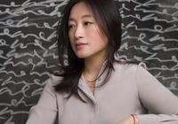 17歲出道,曾演趙本山老婆,因專輯被禁當畫家,如今成藝術家
