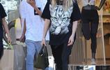 海蒂·克魯姆帶兒子外出購物,兩人撞色休閒風穿搭時髦十足