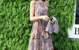 女人過了47歲一定要買一條這樣的連衣裙,出門逛街、聚會倍有面