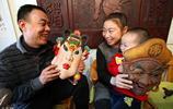 甘肅大哥傳承幾千年老手藝:用木頭雕刻儺面具,20年做出2000多個