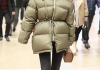 霍思燕機場穿棉服臃腫?換上大衣配短靴,不僅氣場十足還顯瘦!