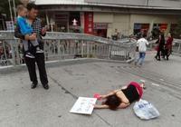 女子當街撲倒在地,寫下這八個字,引無數人圍觀
