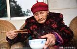 """119歲老太太喜歡吃回鍋肉,生活還能自理,""""六世同堂""""人間罕見"""