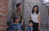 《橄欖樹》片場照,劉濤與包貝爾合影,陳思誠邊看劇本邊拉著小演員