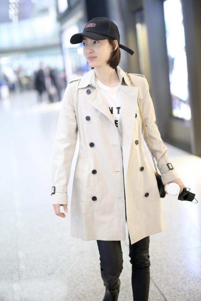 """王麗坤也太瘦了,穿黑色皮褲大秀""""漫畫腿"""",對鏡比耶呆萌十足"""