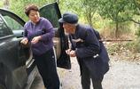 景區外87歲老人看車收費日賺過百,有人嫌有人怨有人當成做慈善