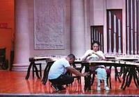 15歲截癱女孩參加古箏比賽:父親全程舉琴架,觀眾評委淚目