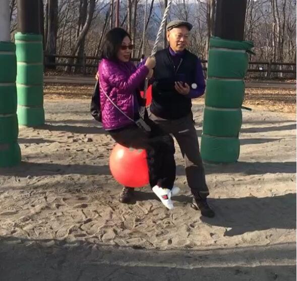 汪明荃羅家英去日本遊玩,童心未泯在公園玩吊球