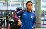 上海綠地申花將帥抵達賽場 伊哈洛叉腰藍色軍團氣場全開