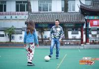 黃健翔南京街頭給女兒當車伕引圍觀