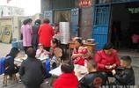 中年農民夫妻城市賣包子葷素一個價半天能賣1000個,想吃要排隊